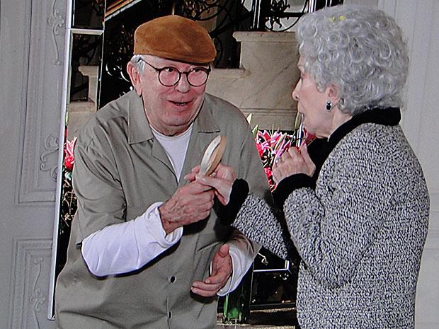Benedetto entrega cinto que Brígida esqueceu com ele no orquidário