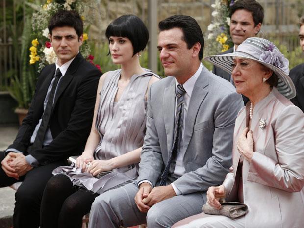 Para provocar os Gouveia, Fred senta ao lado de Melina, Mauro e Bete