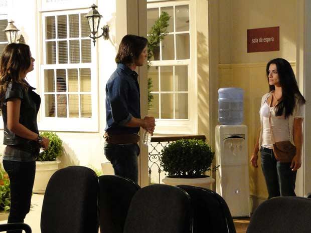 Estela chega para falar com Solano