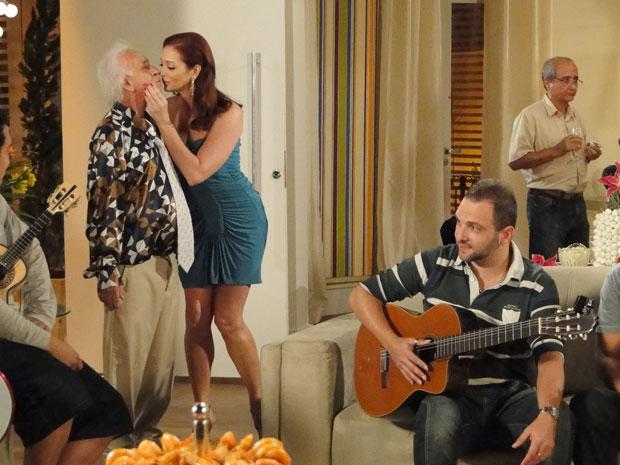 Fortunato apresenta Jackie. Ela faz questão de beijá-lo na frente de todos