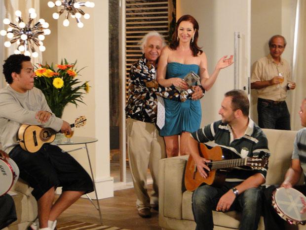 Feliz da vida, Fortunato dança com Jackie ao som de pagode