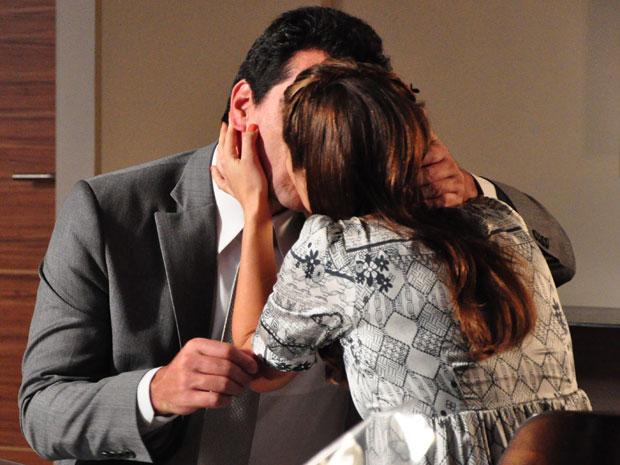 O casal se beija para celebrar o casamento