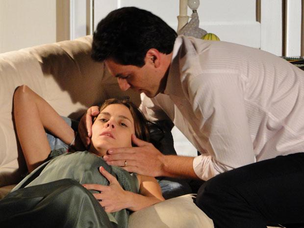 Mauro ajuda a Diana, que sente forte mal-estar e acha que a filha vai nascer antes da data prevista