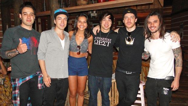 Os rapazes da banda NXZERO posam com Mariana Rios no estúdio de Araguaia