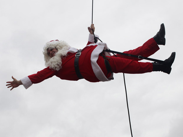 Valentim vai embora pendurado em um helicóptero e vestido de Papai Noel