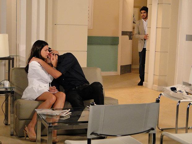 Edgar vê os dois abraçados e fica arrasado