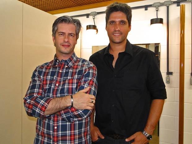 A dupla Víctor e Léo posa para fotos no camarim