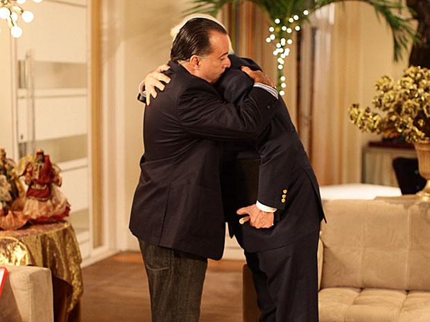 Pai e filho vencem o orgulho e se abraçam