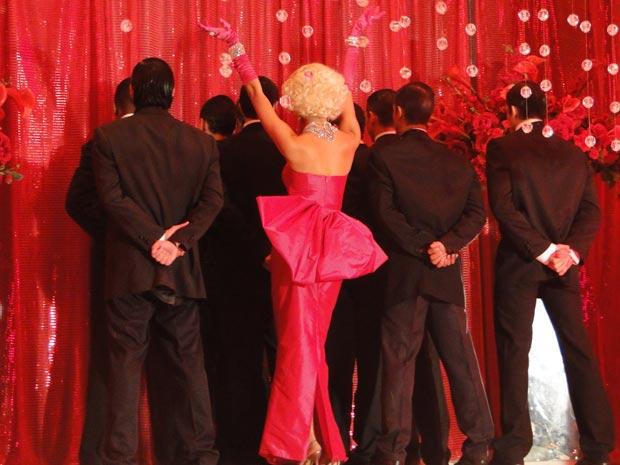 Ela dança ao som de 'Diamonds are a girl's best friend'