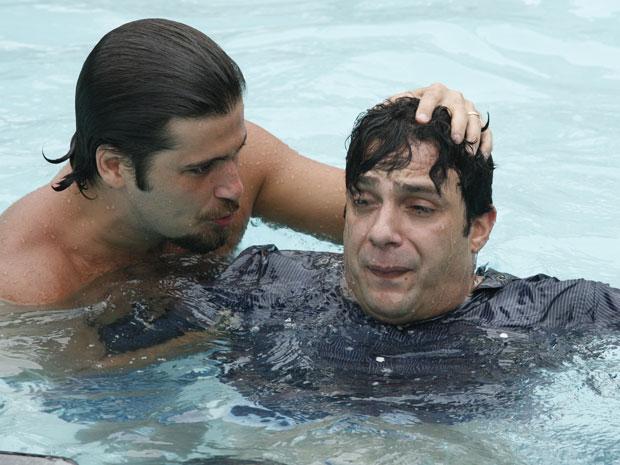Berilo e Mimi se enfrentam debaixo d'água