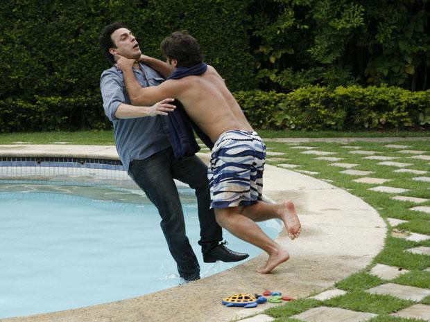 Berilo joga Mimi na piscina