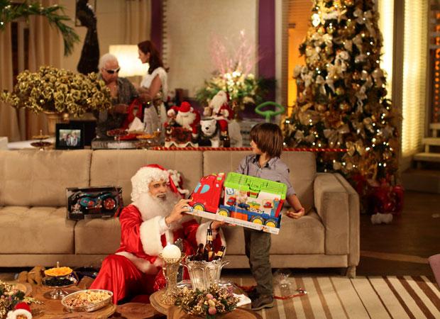 Decoração dourada na casa de Clô recebe Papai Noel