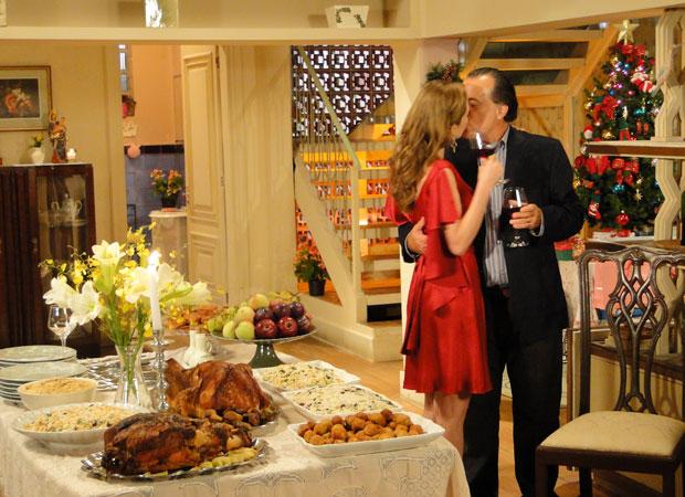 Clara e Totó se beijam pouco antes da ceia na casa de Gemma