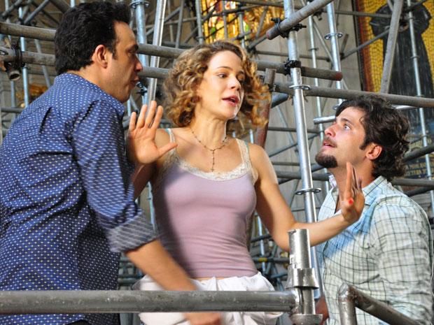 Agostina se coloca entre Mimi e Berilo para evitar confronto