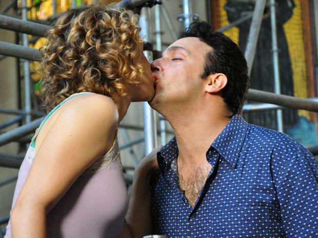 Beijo de Agostina e Mimi desperta a ira de Berilo