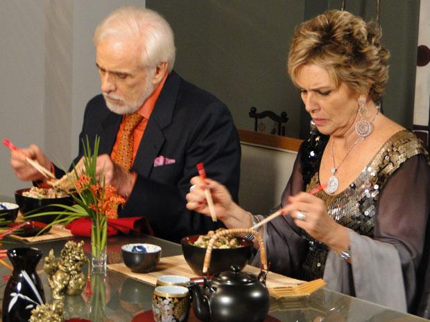 Clô e Olavo estranham comida chinesa