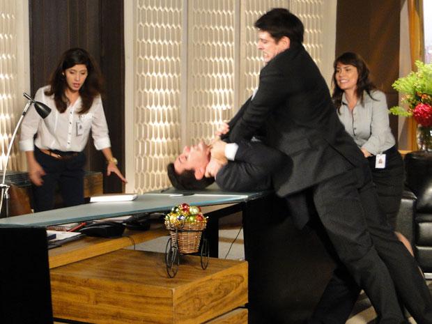 Mauro avança em Fred e os dois começam uma séria briga