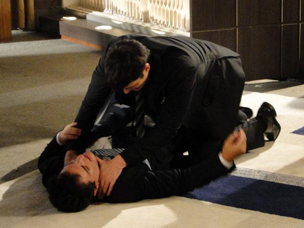 Mauro e Fred rolam no chão e a briga só acaba com a chegada da segurança