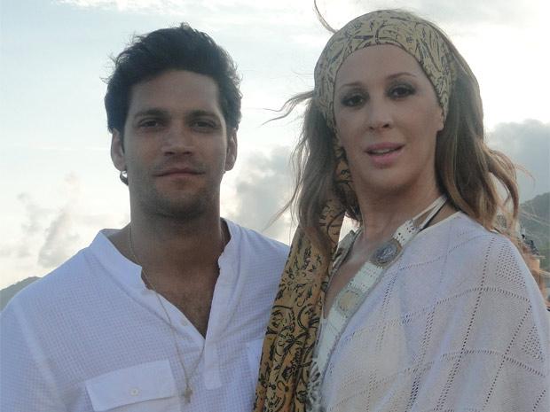 Claudia Raia e Armando Babaioff gravam cena de casamento