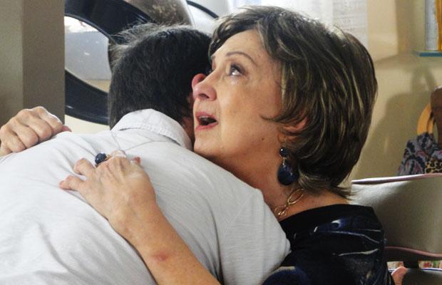 Beatriz chora no ombro de Tavinho