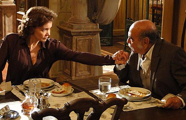 Max ameaça Amélia: não quer perder a honra.