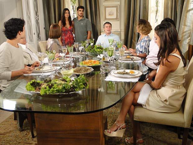 Edgar chega com Amanda e encontra Marcela ao lado de Renato em sua casa