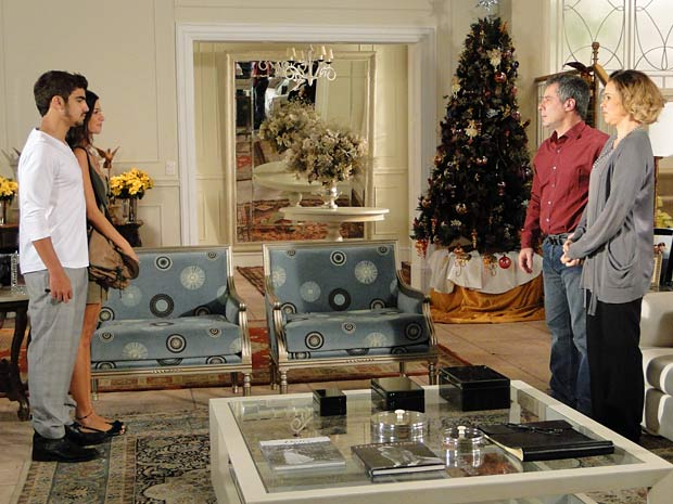 Edgar apresenta Amanda para seus pais