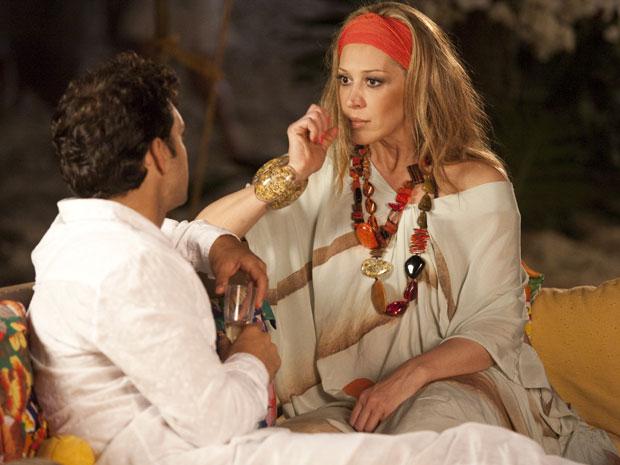 Jaqueline fica surpresa com o pedido de casamento