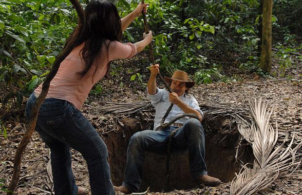 Estela ajuda Solano a se livrar da armadilha