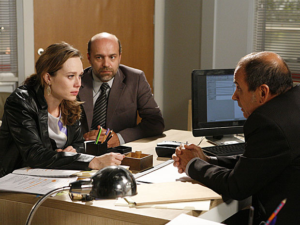 Clara tenta convencer o delegado que não teve culpa na morte de Totó