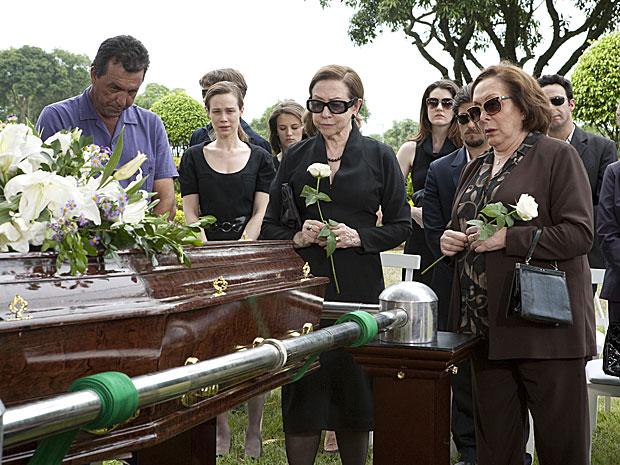 Bete e Gemma prestam a última homenagem a Totó