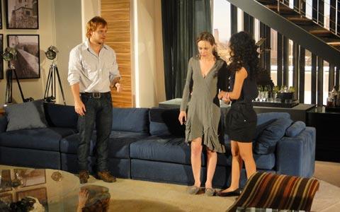 Clara é amparada por Adamo e Kelly após ser acusada por Gemma (passione/tvglobo)