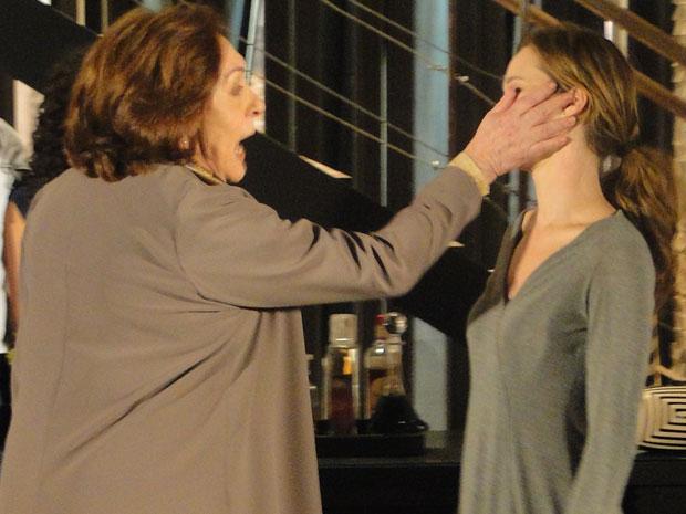 Gemma dá bofetada em Clara