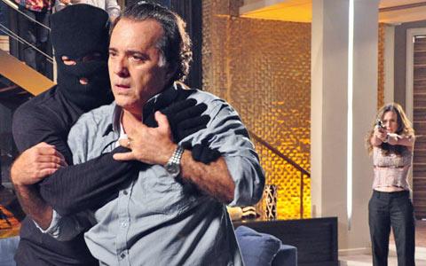 Plano de Clara falha e é ela quem atira e mata Totó (Passione/TV Globo)