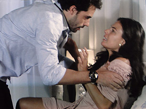 Renato entra no quarto de Marcela transtornado