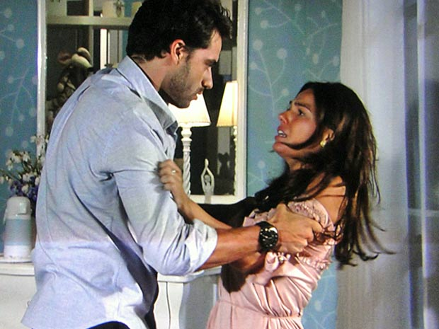 Marcela tenta se desvencilhar de Renato