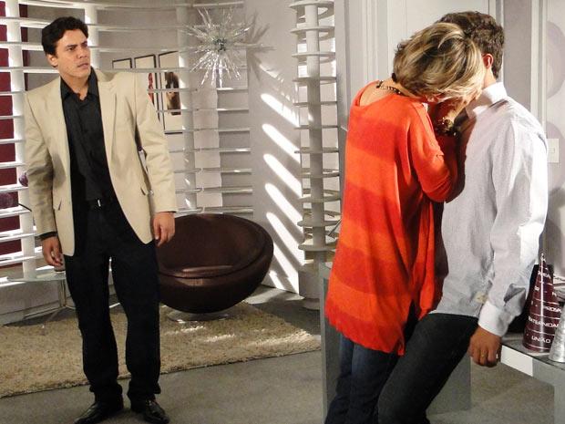 Luisa agarra Edgar e marido dá o flagra