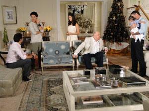 Marcela conta para Renato e Julinho que levou Paulinho para ver Edgar
