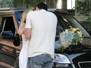 Em frente à casa de Gabi, Pedro beija Camila
