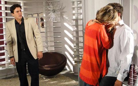 Alex flagra beijo de Luisa e Edgar na agência e sai revoltado (Ti-ti-ti/TV Globo)