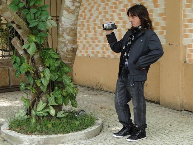 Rony Pear filma tudo e acha que ela é uma amante do estilista