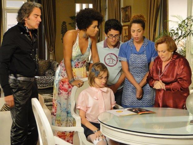 A família de Jacques lê a matéria sobre o estilista