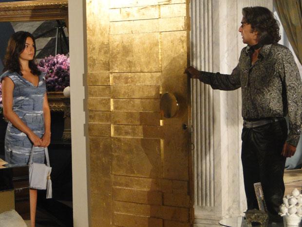 Marcela chega de surpresa na casa de Jacques