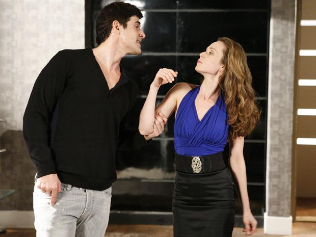 Após abrir o cofré, Fred pega a grana e ameaça Clara, caso ela conte sobre sua fuga