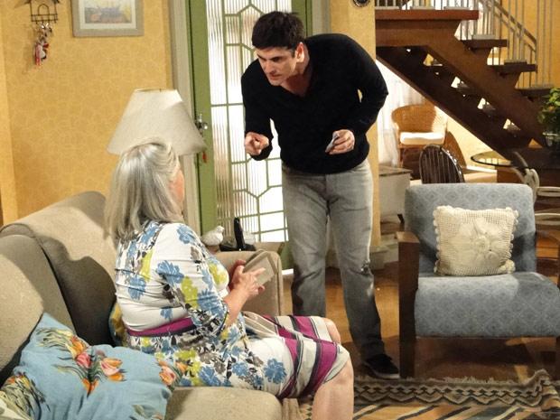 Desesperado, Fred rouba a própria mãe e avisa que pretende sair do país