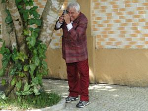 O detetive se esconde para tirar fotos de Ari e Lourdes