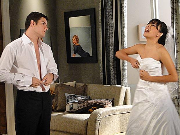 Gabi rasga a própria roupa e grita para colocar a culpa em Pedro