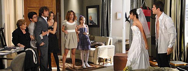 Todos entram no quarto e Luti quase parte para cima de Pedro