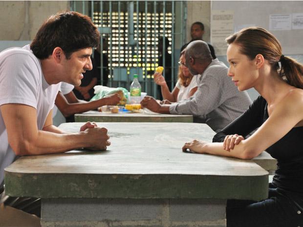 Fred exige que Clara arrume um advogado
