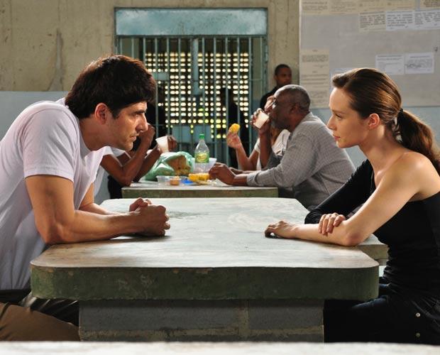 Clara se encontra com Fred na cadeia